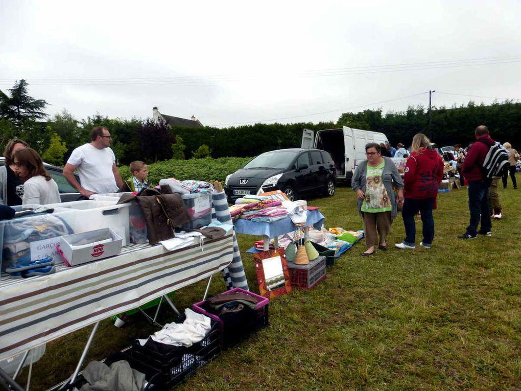 Les vendeurs occupent l'espace herbeux avec le déballage des objets à vendre