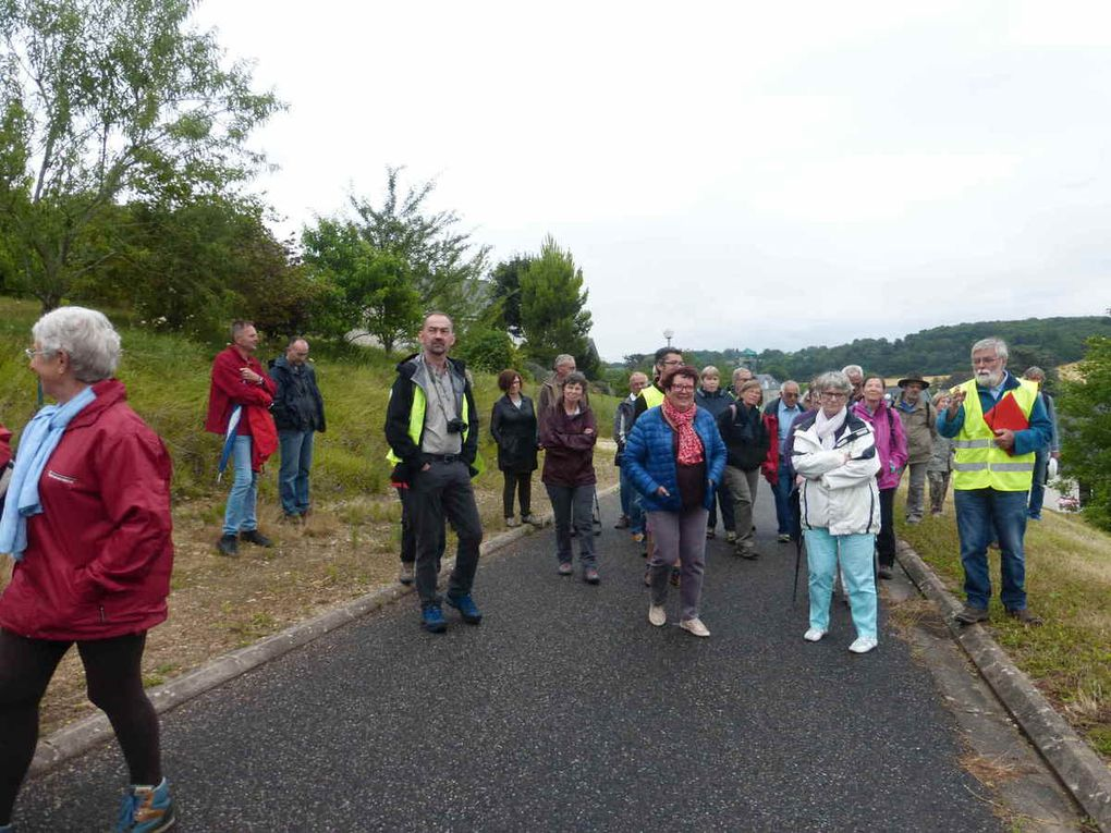 Déambulation sur les chemins communaux et arrêts pour écouter les explications relatives aux lieux-dits rencontrés
