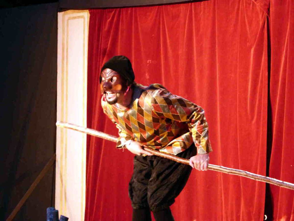 Arlequin vient mettre un peu de piment lors des représentations de la troupe à Paris.