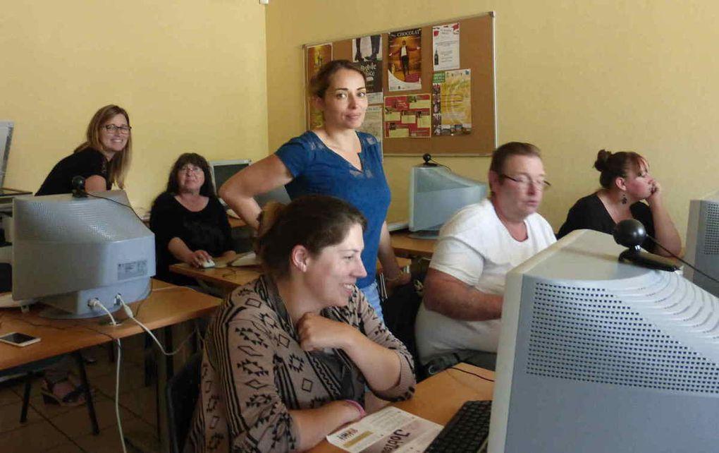 """Sandie, debout au 1er rang, et Audrey au second guident les DE sur le nouveau site """"JobTouraine.fr""""."""