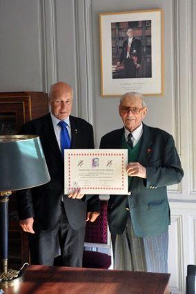 Le président national et le premier vice-président national de l'UGF, dans le bureau du Chancelier de l'Ordre de la Libération, aux Invalides