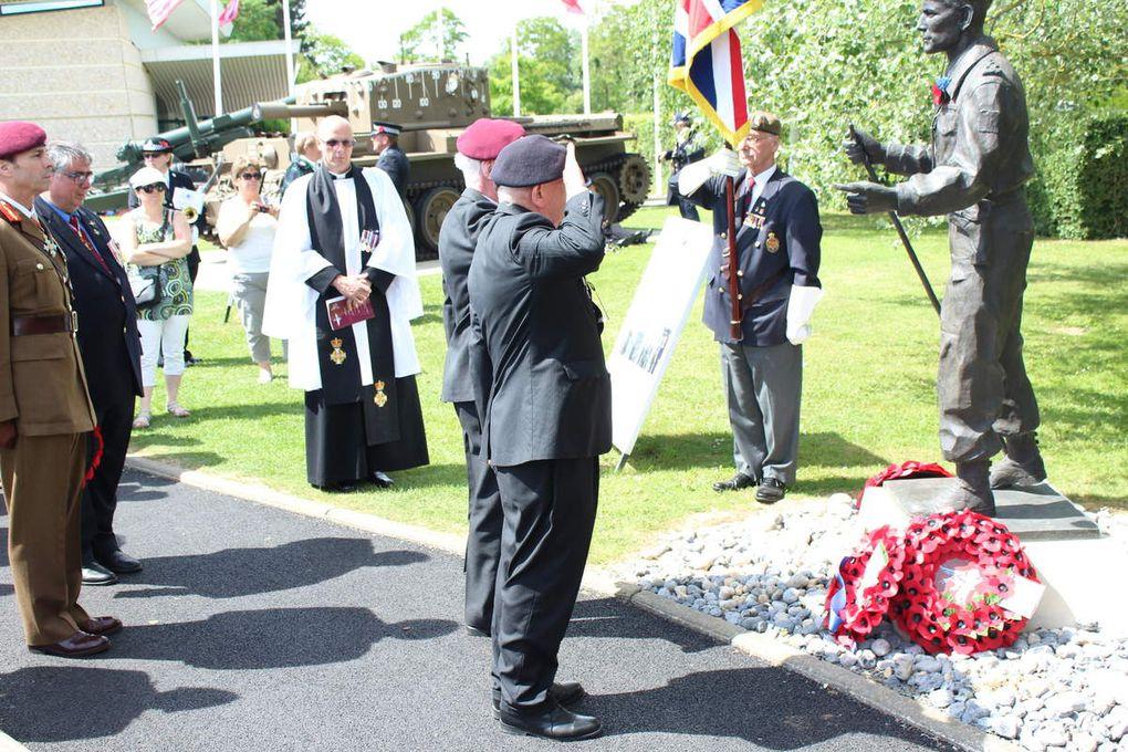 Florian Hurard (veste grise) dépose nos gerbes communes lors des  commémorations