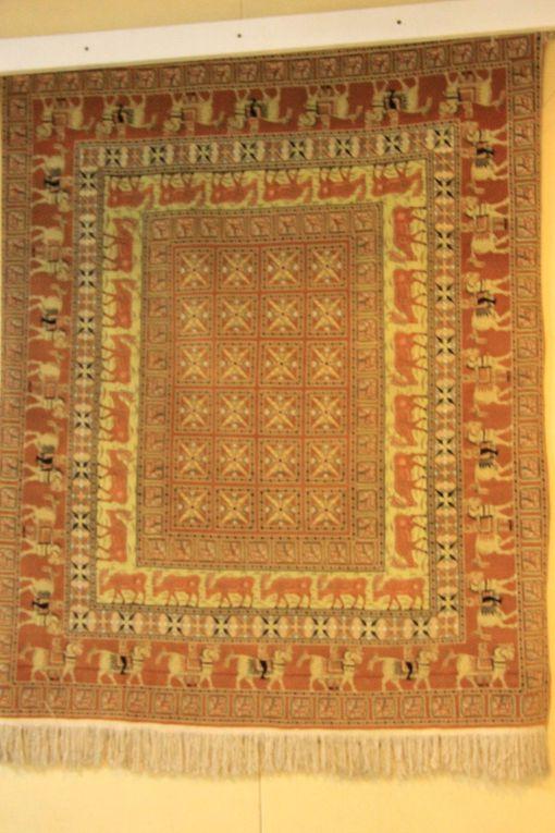 un des tapis plus vieux au monde encore conservé - époque Achéménides: Le tapis Pazyryk, dit du Kourgane. Il est généralement daté du ve siècle av. J.-C. avant notre ère. Il fut découvert par Sergueï Roudenko en 1949 dans la tombe d'un prince scythe située dans la vallée de Pazyryk, dans les monts Altaï en Sibérie.  (copie) - original Musée de l'Hermitage à St Pétersbourg)
