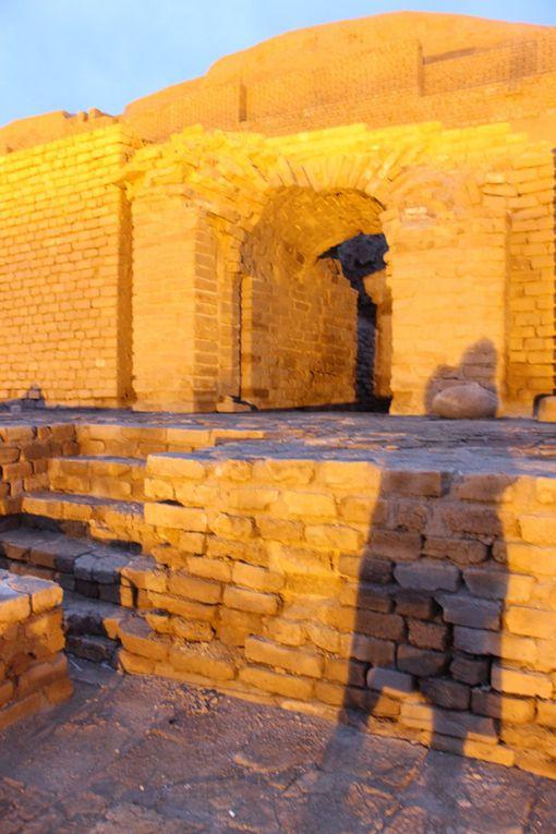 ziggurat de Choghâ Zanbil (Dur Untash) le principal vestige architectural élamite - fut le coeur d'une ville sacrée fondée par le roi Untash-Nipirisha (-1345 / -1305). L'orientation des 4 angles vers lespoints cardinaux inscrit la ziggurat dans une symbolique spatiale, qui reflète une structure métaphysique du monde. Les différents étages symbolisent les paliers supposés de l'univers, alors que les escaliers peuvent symboliser la voie des hommes vers le Divin.