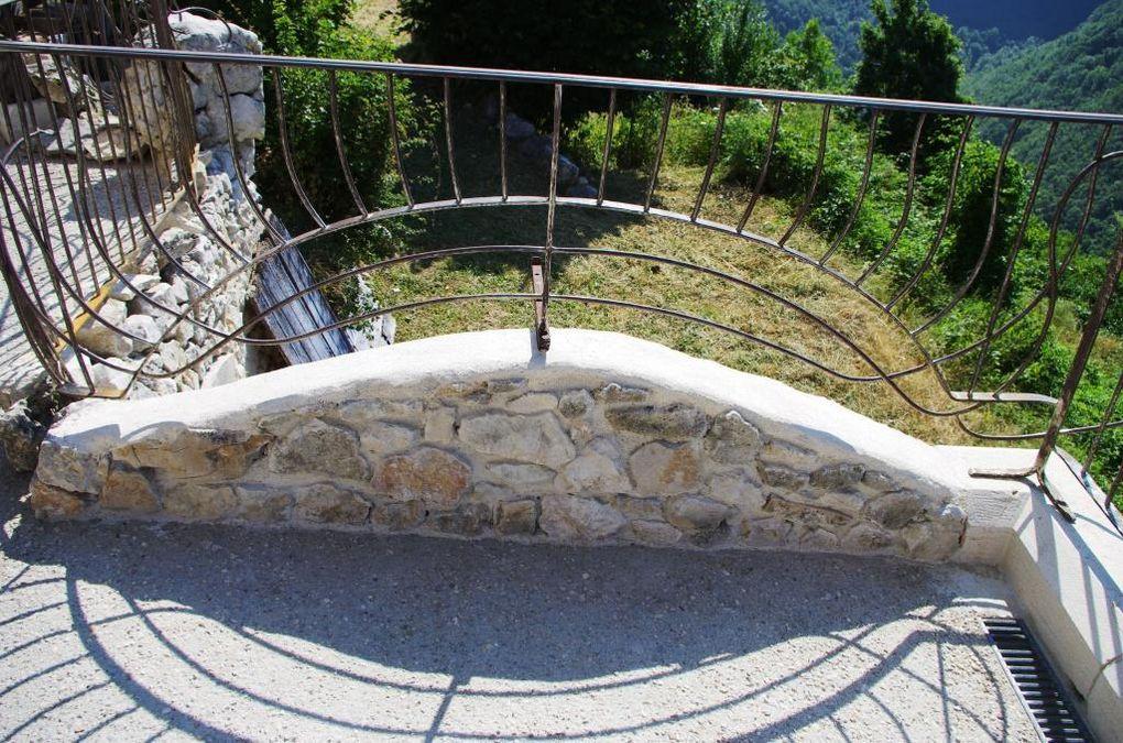 Les 4 gîtes ont une capacité de 4 personnes avec une vue de rêve sur les montagnes du Vercors, le cirque de Bourmillon et la cascade de Moulin Marquis