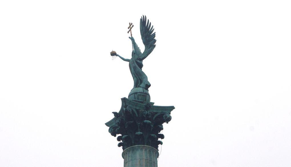 Détails des personnages représentés sur le Monument du Millénaire