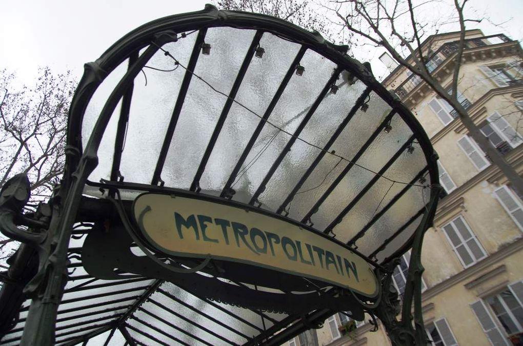 Quelques détails de l'édicule de la station de métropolitain Abbesses