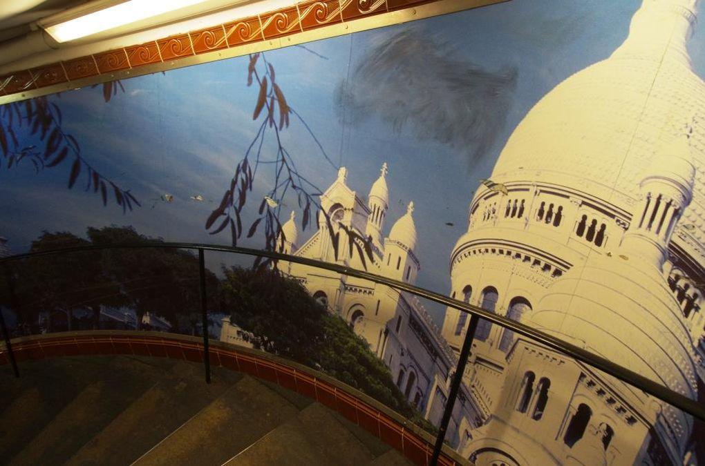 La descente impressionnante vers le quai du métropolitain et ses oeuvres photographiques