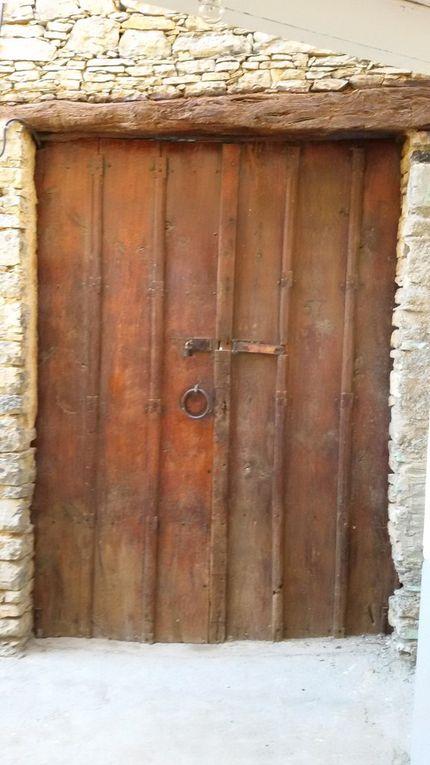 Thagourth Oufella vue de l'intérieur et de l'extérieur. Observez l'artifice de fermeture des deux volet de la porte.Ils s'articulent verticalement dans les deux sens sur une hauteur de >/- 1,3m. Ingénieux!!!