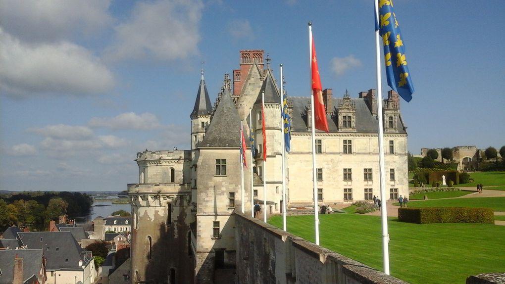 Vues de l'extérieur (1 - 2 - 3) Vues le long des murailles côté Loire (4 - 5 - 6) Vues enfin de la terrasse sur le château et la chapelle.