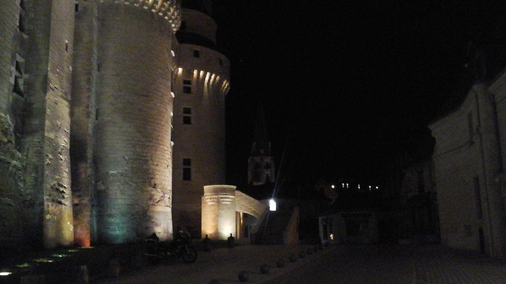 Le château dans toute sa majesté malgré quelques parasites : grosse cylindrée et panneaux !