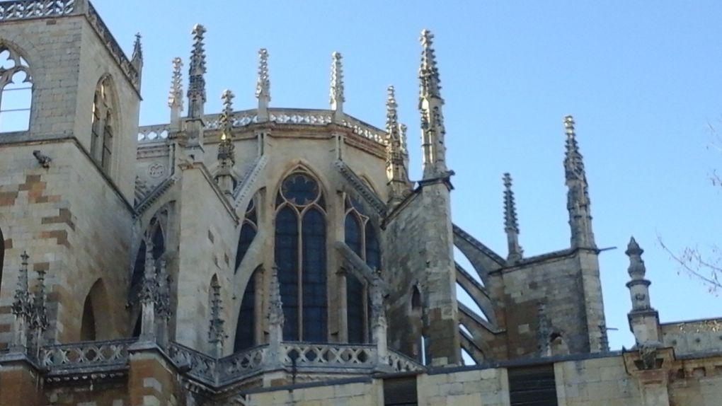La dernière photo nous montre qu'une partie de la cathédrale est adossée à la muraille qui entourait la ville et dont subsistent quelques tours.