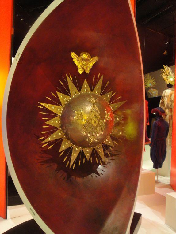 Les personnages et leurs costumes et 4 éléments de décors correspondant aux 4 entrées : le croissant de lune symbolisant le Turc Généreux, le soleil pour les Incas, la fleur et le papillon pour les Fleurs et enfin l'épi de maïs pour les Sauvages