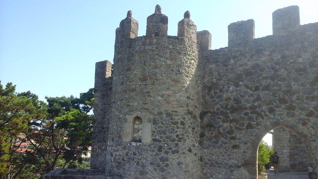 Vus d'en haut, les effets de la marée se font sentir très loin dans les terres. Ensuite nous découvrons la vieille ville pavée, les ruines du château, les rues bien pentues, de belles demeures et, tout en haut l'église et la muraille. Bref un pêle-mêle au fur et à mesure de nos déambulations.