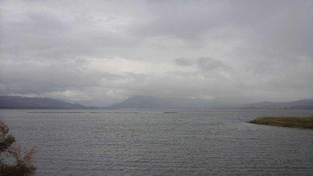 Beau camaïeu de gris... terre, mer, montagne et ciel ! De temps en temps, c'est joli aussi ! Même le pêcheur-statue est au diapason.