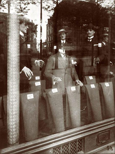 Eugène Atget (1857-1927), magasin, avenue des Gobelins (à gauche), 1925. A droite, Rue de Quincampois, 1900-1901.