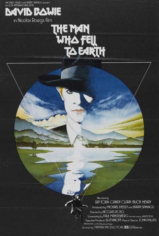 """Locandine e copertine di diverse edizioni di """"Luomo che cadde sulla terra"""". Il romanzo di Walter Tevis,pensoso e malinocnico, venne tradotto in film da Nicholas Roeg."""