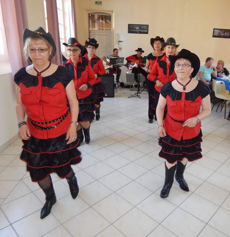 Bel après midi country, avec des démos et des initiations, belle participation des habitants du Charme