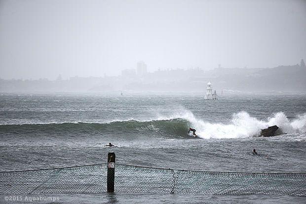 Surf dans l'Harbour de Sydne en photo 1 et 3... Le skate-park de Bondi recouvert de sable...