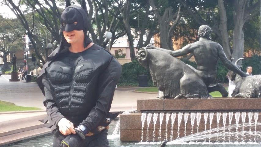 Troy's, qui avant se prenait pour un ninja, auj' se prend pour Batman...