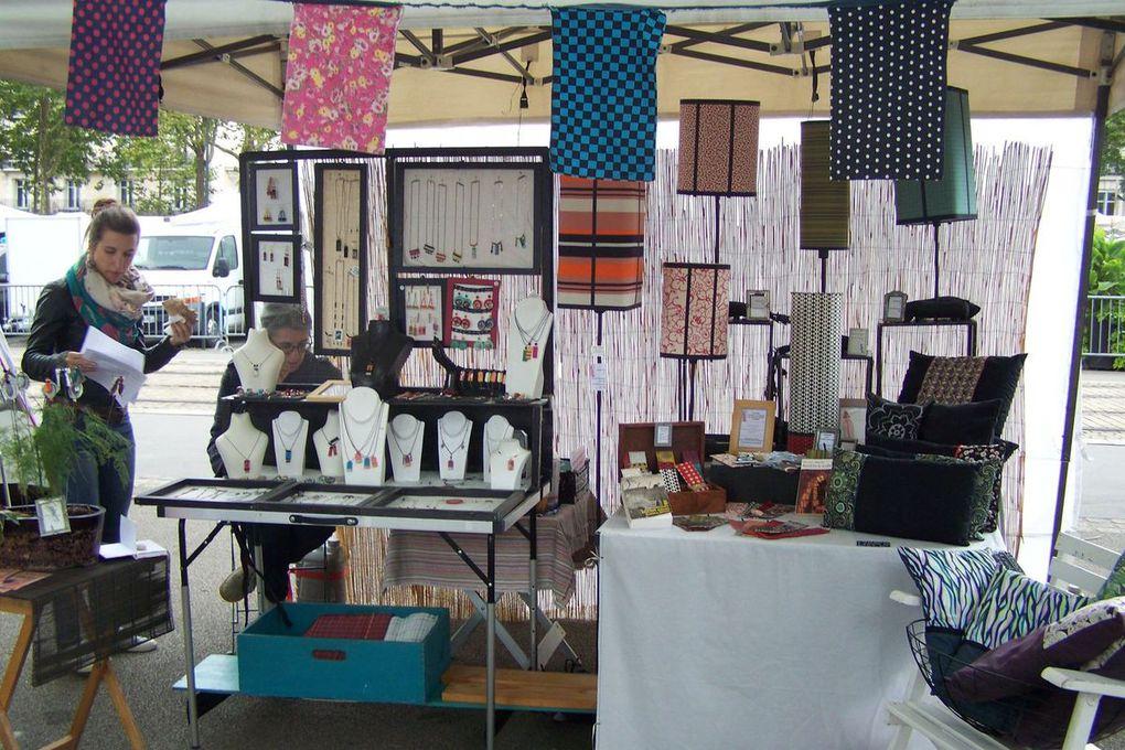 avec par ordre de défilement MOWKA CRÉATIONS : accessoires textiles// COCOTY : bijoux boutons //ARIANE FOREL : mosaïque // ELSA SAÏSSET : gravures //SARDINE : bijoux, lampes, coussins // LES DÉCOUSUES  : broderie // LECHATOURNEUR : bois tourné // GROS POIS PETITS POINTS : accessoires textiles // LARA GRATEROL : céramique // JOLIE RENARDE : vêtements, noeuds pap' // GPTAUD : bijoux papier, animaux textiles  // UN FIL D'ELLE : bijoux // CYRILLE LAUNAIS : sculptures tikis //  ZOOM  : cadres déco // DAGOT CUIR // ACERAMIK // WITCH & CRAFT: accessoires textiles // HAPPY STARS  : accessoires textiles // JOLYCUB : déco bois