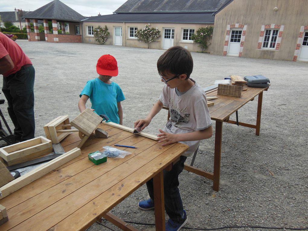 L'après-midi, atelier de fabrication de mangeoires en bois de récupération pour les oiseaux.