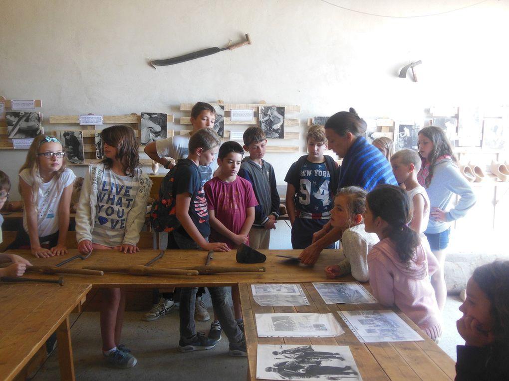 Le mercredi, réception de 17 enfants de 9 à 12 ans au Foyer Rural de Jupilles. Le matin, l'histoire du sabot à Jupilles et démonstration de la fabrication.