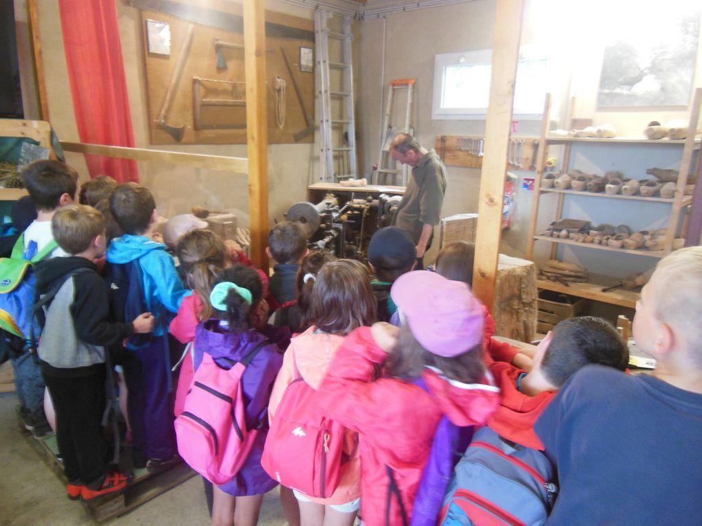 Le 2 août, 27 enfants attentifs et curieux visitaient la saboterie &#x3B; au programme : histoire du sabot à Jupilles, présentation des outils, démonstration de fabrication et... essai, avant quelques prises de photos amusantes.