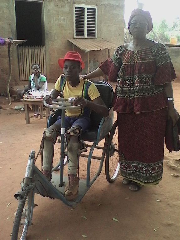 Lucien, jeune handicapé moteur rencontré dans son village de brousse.