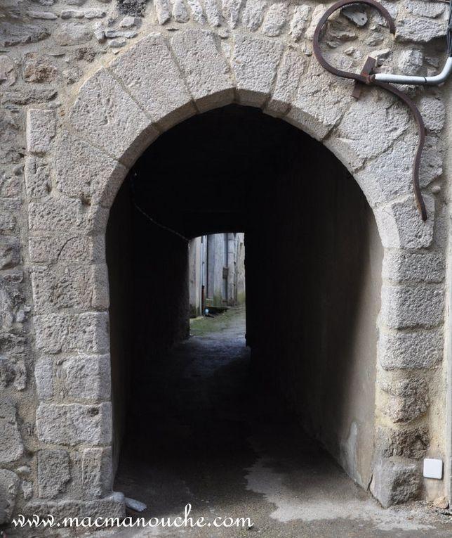 Sous les maisons, des passages appelés des «cantous» qui permettent de passer d'un rue à une autre. (diaporama de 3 photos)