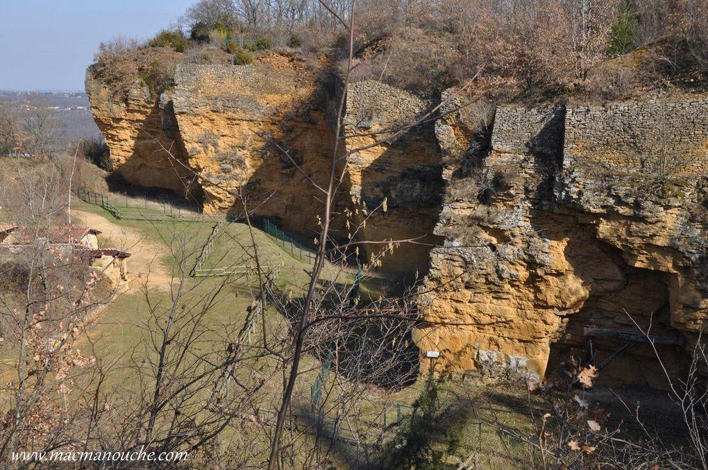 Cet ancien site d'extraction de calcaire jaune typique du sud-Beaujolais a procuré à la région un beau matériau de construction durant des siècles.  (Diaporama de 4 photos)