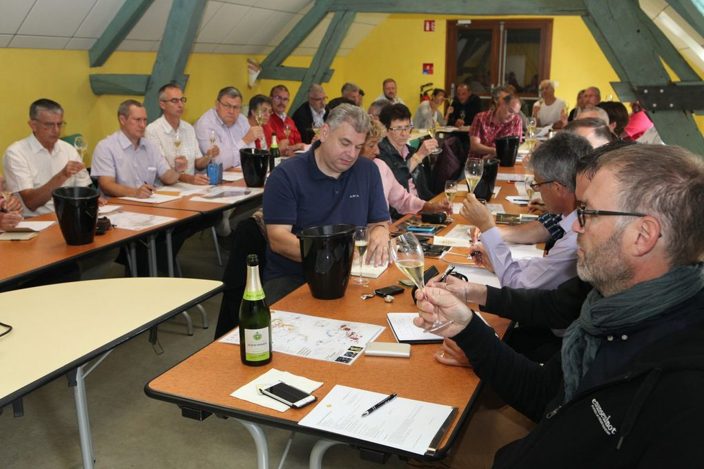 A Bar-sur-Seine, Geoffrey Orban a présenté les cépages anciens du vignoble champenois au cours d'une dégustation de quatre cuvées originales. Photos Jean Bernard