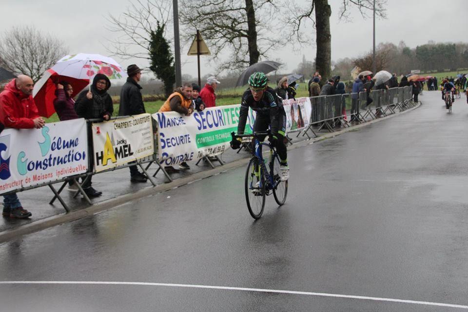 Les trois partants du VCA en école de cyclisme à Barenton Anaël Boisivon et Côme Daligault en poussins, Gabriel Bernard en pupilles. A Saint-Hilaire, sous la pluie, Augustin Debon prend la 13e place en minimes. Samedi, en Bretagne, Marceau Datin termine 5e sur la course d'attente du Souvenir Louison Bobet.