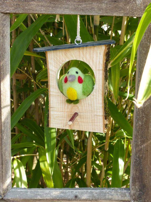 Oiseau vert sur perchoir