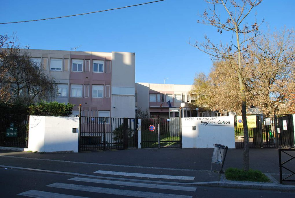 Le triporteur arrive au Lycée Eugénie Cotton