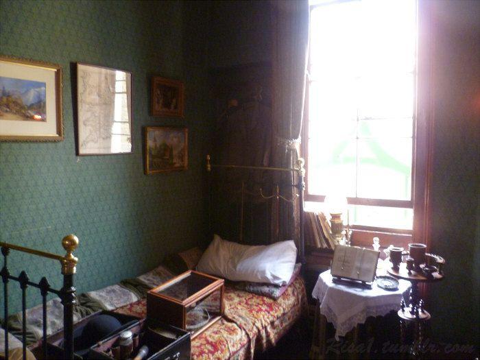 Visite du célèbre appartement 221B Baker Street sur plusieurs étages. De la chambre de Sherlock Holmes en passant par celle du docteur Watson ainsi que celle de Mrs Hudson, tout est fait pour plaire aux fans du célèbre détective! (Encore une fois je ne montre pas tout pour vous inciter à y aller.)