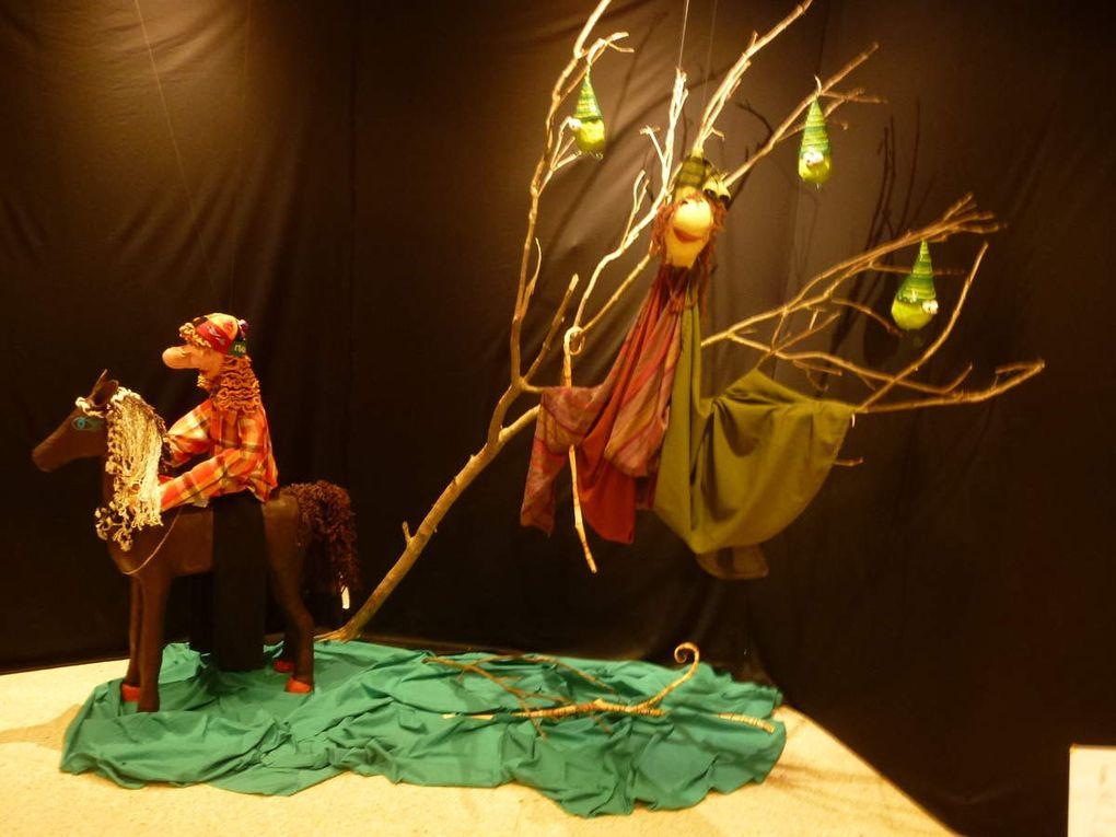 Installation de l'exposition &quot&#x3B;Des marionnettes plein la tête&quot&#x3B;