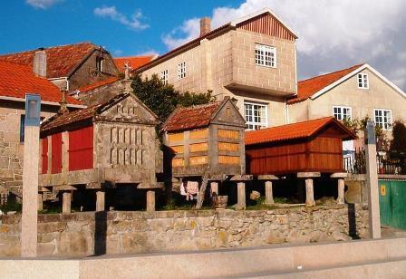 Le petit village de Combarro : quartier ancien très pittoresque, petites ruelles, horréos alignés sur le front de mer.