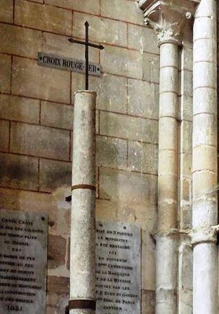 Longpont-sur-Orge : basilique Notre-Dame-de-Bonne-Garde - fresque, croix rouge fer et Dame Hodierne.