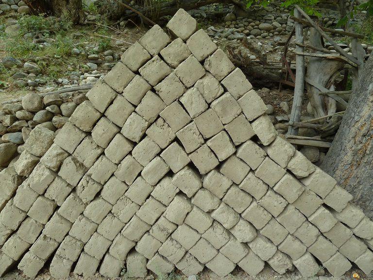 Des briques de terre crues...