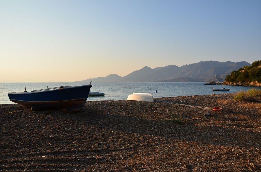 Bivouac à côté de Metarmorphosi où les plages ne sont malheureusement pas toujours très propres .