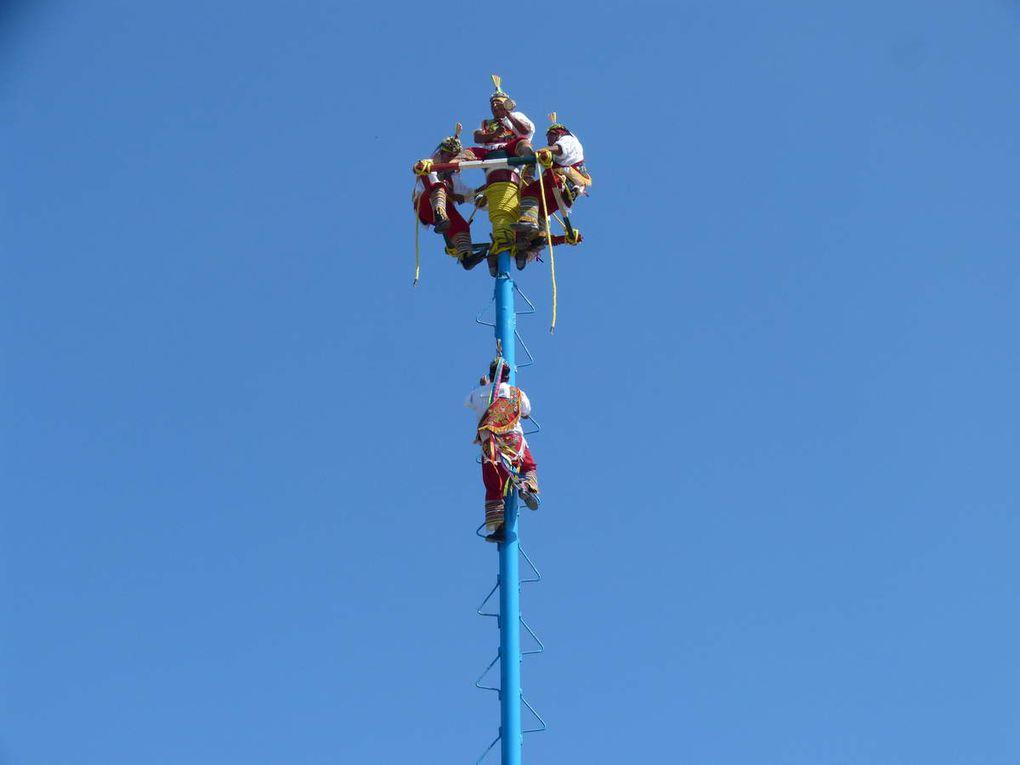 Les 5 voladores grimpent jusqu' à la plate-forme située à une belle hauteur !