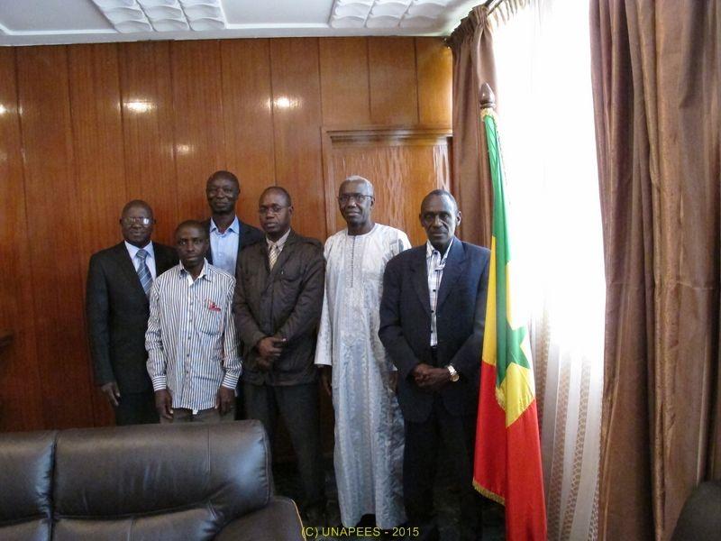 """Soucieuse du devenir des étudiants de Dakar, l'UNAPEES (l'Union National des Associations de Parents d'Élèves et Étudiants du Sénégal) a rencontré le 22 avril 2015 le Recteur de l'université Cheikh Anta Diop. Cela nous a permis de constater les nombreux problèmes complexe, qui sévissent dans ce temple du savoir : On a constaté le manque de communication qu'il y a aussi dans cet espace. Nous avons été étonné d'apprendre qu'il n'y a qu'un Médiateur pour 87000 étudiant ! Il y a des texte qui régissent l'université que beaucoup d'étudiants ne connaissent pas... qui a déjà entendu parler de la loi relative aux """"Franchises et libertés Universitaires """"? Dans notre agenda : Nous rencontrerons tout les amicales d'étudiants qui seront prêtes à nous recevoir. Le recteur est prêt à nous accompagner dans toutes nos démarche allant dans le sens de la bonne marche de l'université et pourquoi pas créer des associations de parents d'étudiants qui serviraient de médiateurs.."""