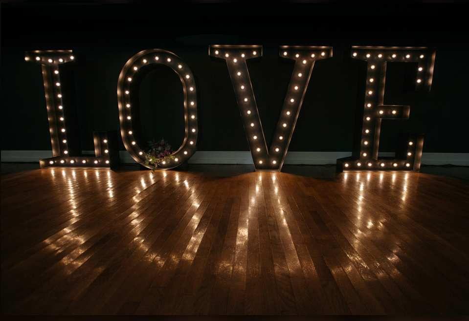 Les fleurs et le mobile lumineux : de la finesse et du romantisme- (faire défiler)