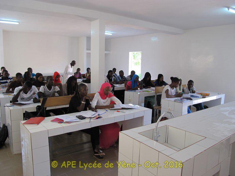 Un Laboratoire pour le Lycée de Yène - Le premier cours