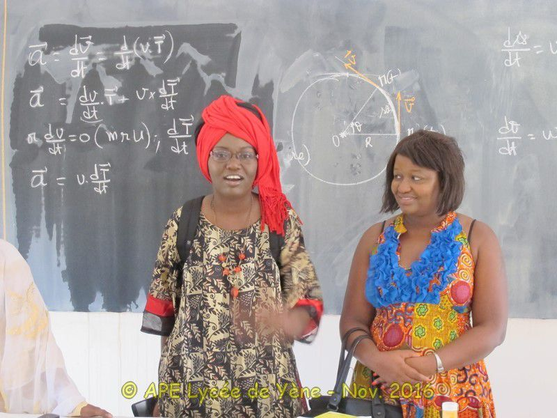 l'association HOPE for Sénégal offre du matériel aux meilleurs élèves du Lycée de Yène