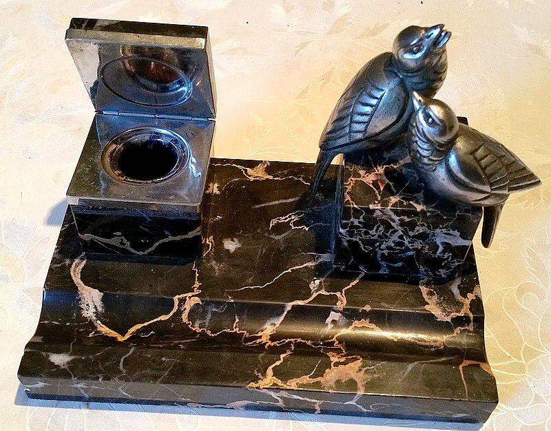 Ancien encrier avec couvercle avec un couple d'oiseaux en régule sur plaque de marbre noir veiné