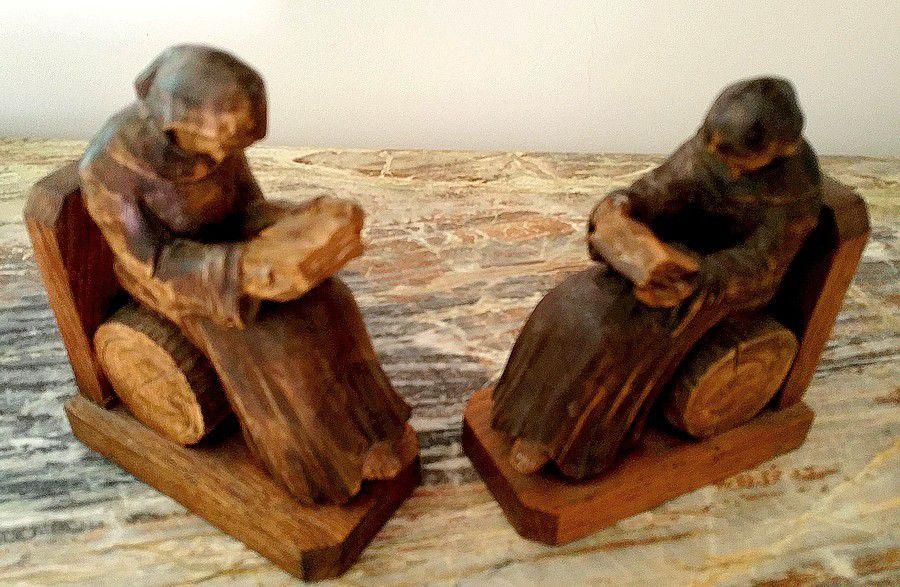 Paire de serre-livres en BOIS peint représentant 2 moines lisant
