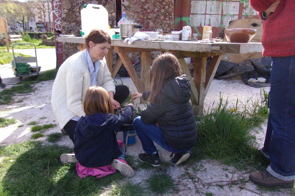 Retour sur les ateliers d'avril : découverte et utilisation des plantes sauvages, et signalétique du Jardin du Bout d'la Rue