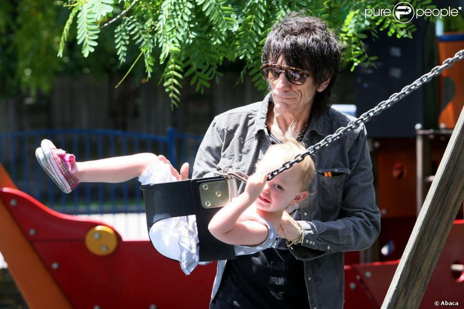 Ron Wood, bientôt papa : Le rockeur et sa belle dévoilent le sexe des jumeaux